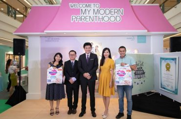 Malaysia's Breastfeeding Consultant and Parenting Coach, Gina Yong (far left) and Amar Asyraf (far right) receiving the token of appreciation from KAO Malaysia along with Fujiwara Masaki (centre), Tan Poh Ling, and Ngo Wei Foo.